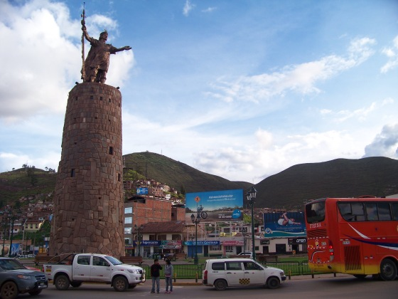 Wiele miast posiada kluczowe rondo, zawsze z pomnikiem starodawnego władcy