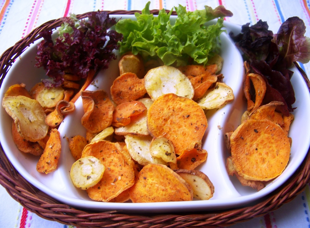 Dietetycznie czyli chipsy z batata, marchewki i pietruszki