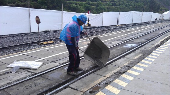 Pan naprawia tory - 10 minut przed przyjazdem pociągu :D